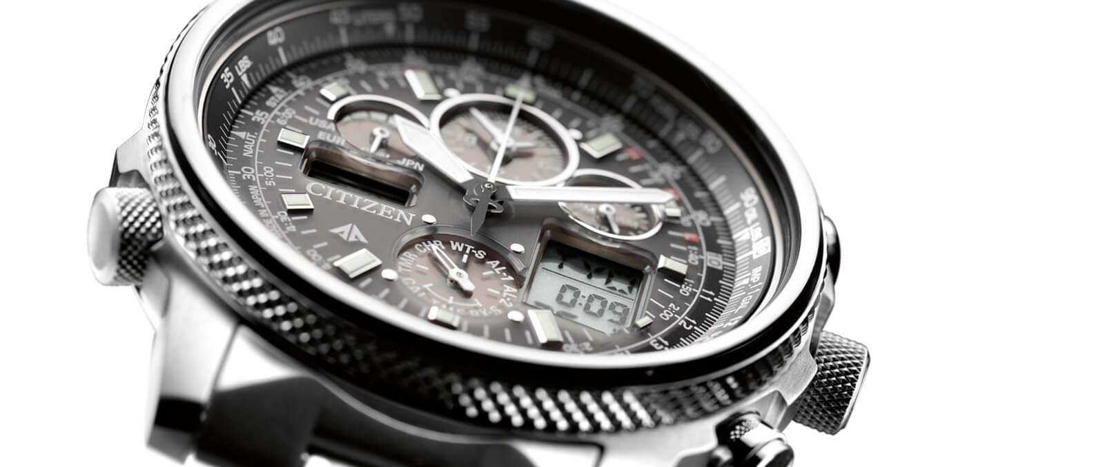 Primo piano di un orologio di acciaio di marchio