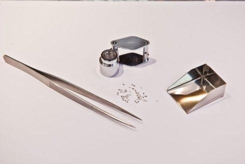 Pinze, diamanti e bilancia di precisione