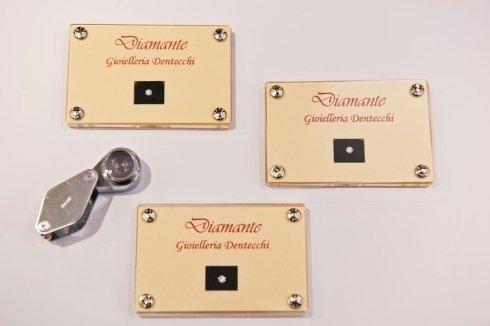 Diamanti e lente di ingrandimento di precisione