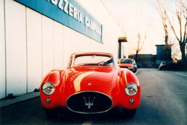 vista frontale auto d`epoca rossa