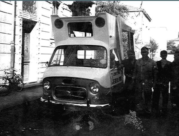 foto d`epoca di un furgone e dello staff