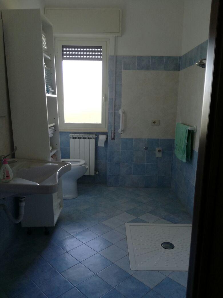 bagno con sanitari e finestra