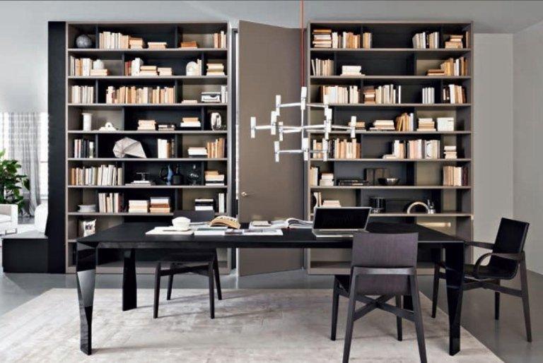 parete, tavolo e sedie