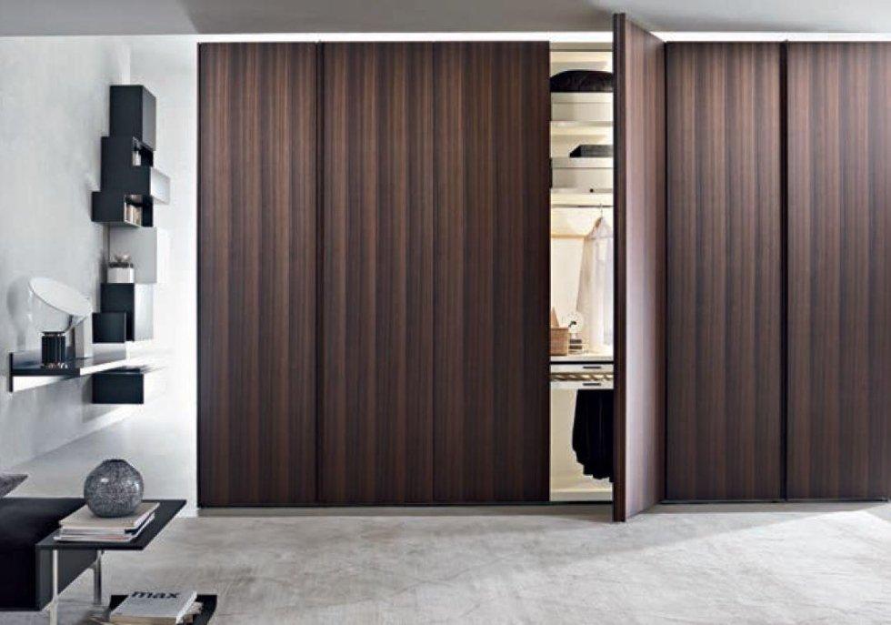 armadio con ante in legno