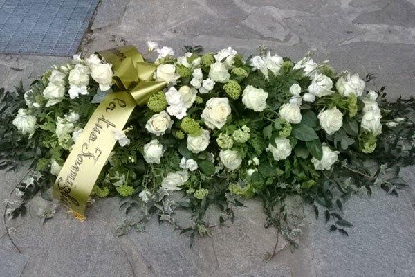 Lungo Bouquet di fiori bianchi e verdi, edera con nastro colorato con la scritta la tua famiglia