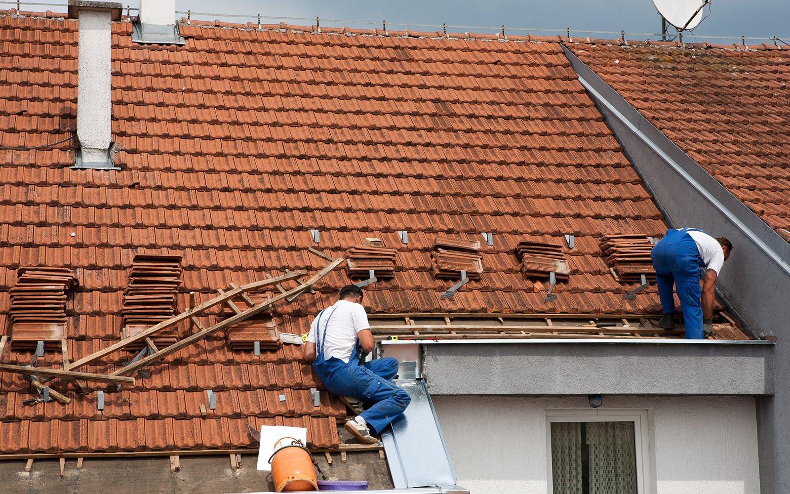 Operai costruendo il nuovo tetto