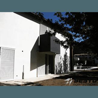 Casa compatta in colori bianco e nero