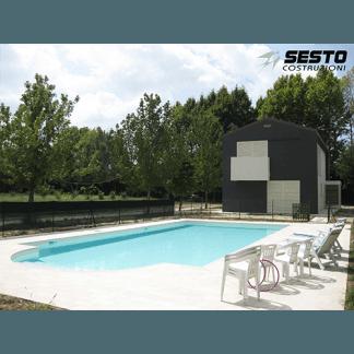 Casa compatta in colori bianco e nero con piscina