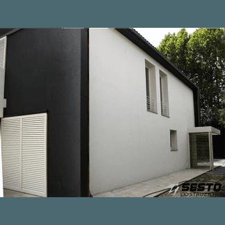 vista laterale del bianco e nero casa compatta