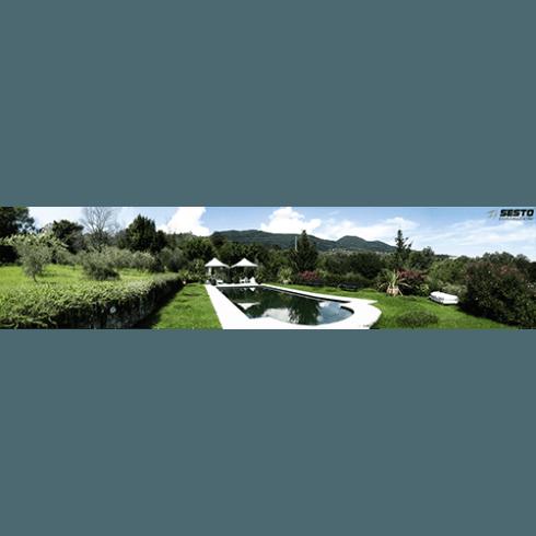 Piscina circondata di erba e protetta da alberi