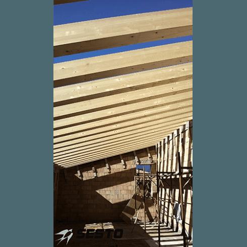 Vista interna dei supporti di legno del tetto