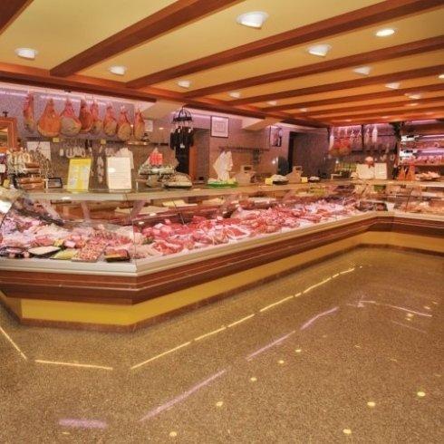 vendita prosciutti e formaggi