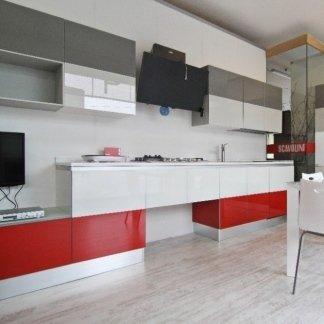 cucina laccata, letto movibile