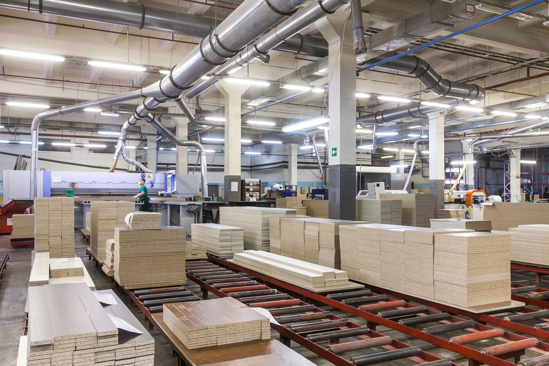 interno di una fabbrica con condotti di areazione e uninsieme di assi di legno