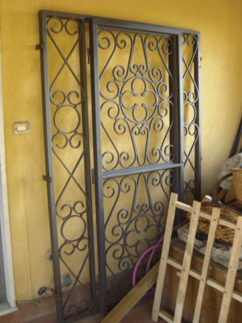 un serramento in ferro battuto appoggiato al muro