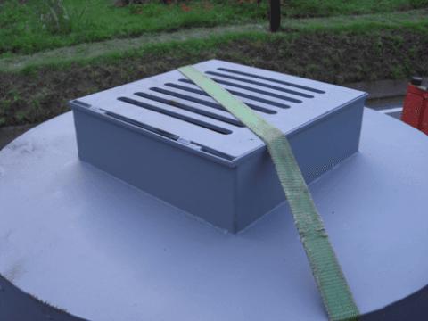 una griglia e sopra una cinghia verde