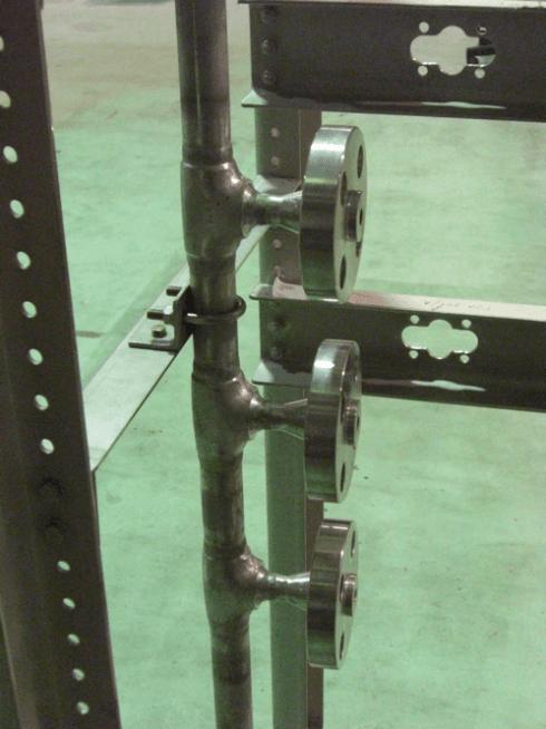 un tubo in ferro con tre valvole