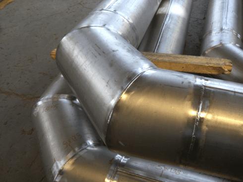 vista di due grossi tubi curvi in acciaio