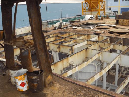 vista di uno stabile da ristrutturare con fondamenta in ferro e tre secchi sulla sinistra
