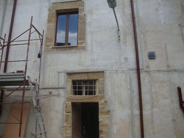 edificio da ristrutturare con finestra e portone