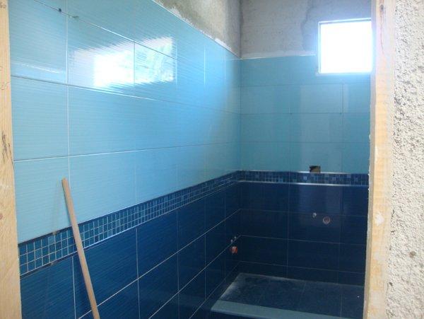 costruzione di un bagno con muri azzurri