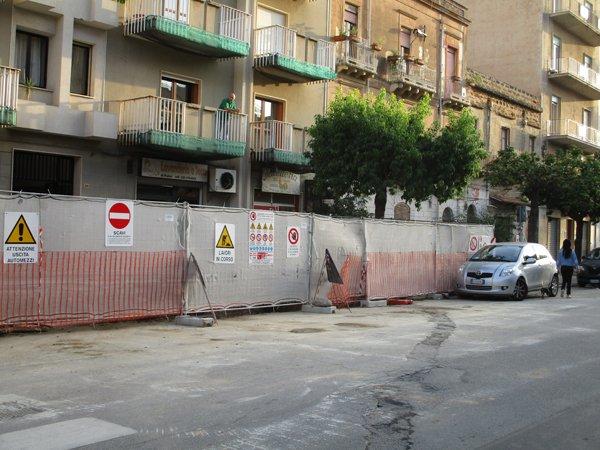 strada di fronte a un cantiere