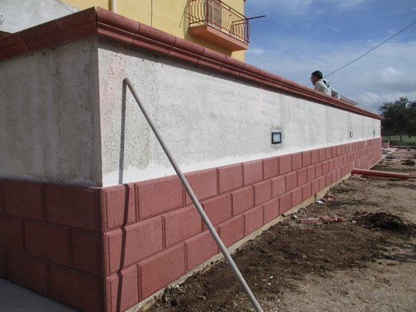 muro bianco e mattoni rossi
