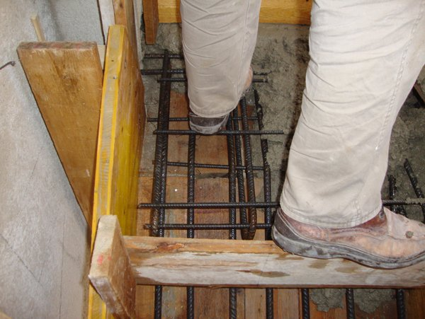 piedi di un operaio mentre lavora in un cantiere