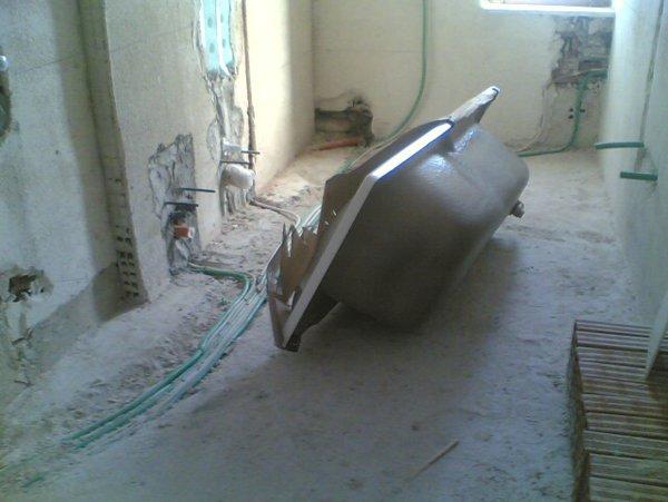 vasca da bagno appoggiata a terra in una casa da ristrutturare