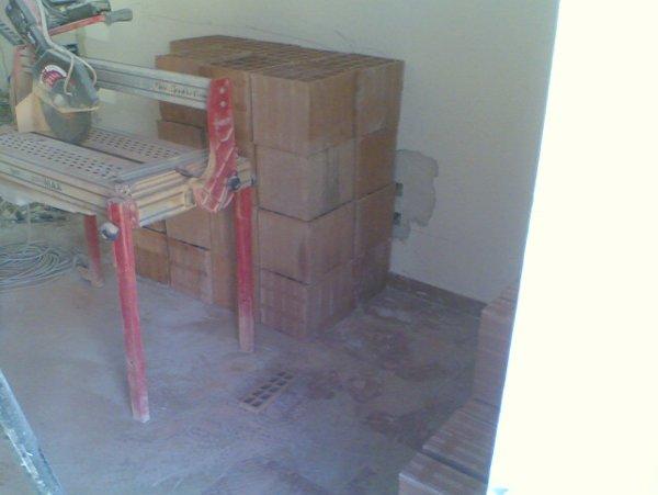 secchio appoggiato sopra un tavolo all interno di un cantiere