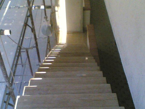 scale vicino a una impalcatura