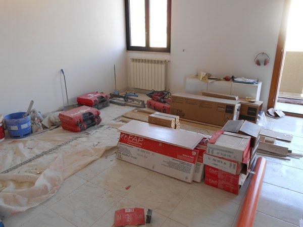 camera con finestra in fase di ristrutturazione