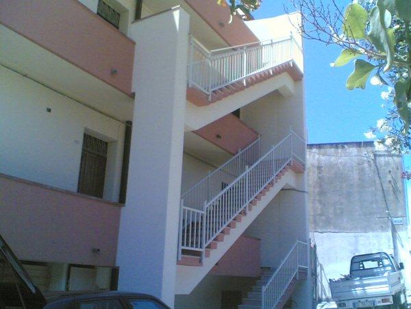 Scale bianche esterne di un condominio