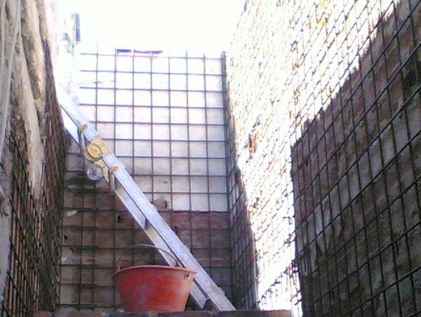 scala e secchio dentro un cantiere