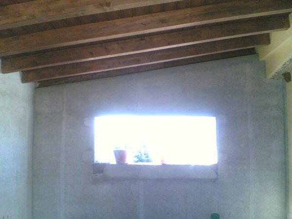 luce che entra dalla finestra in un ambiente con travi a vista