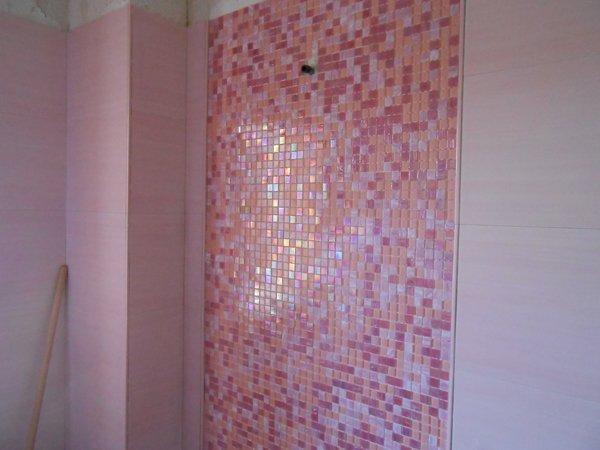 muro decorato con piastrelle bianche e rosse