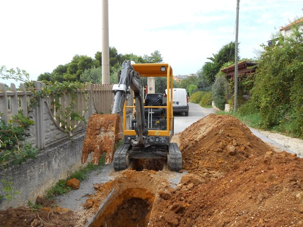 veicolo scavatore al lavoro