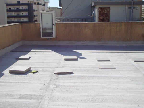 pavimento grigio in un ampio terrazzo