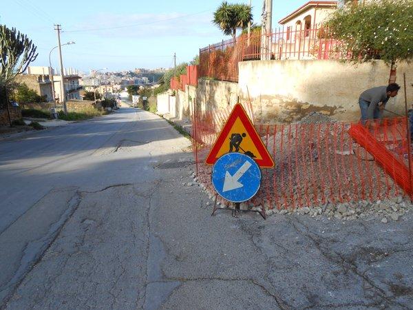 cantiere stradale segnalato da segnali di pericolo