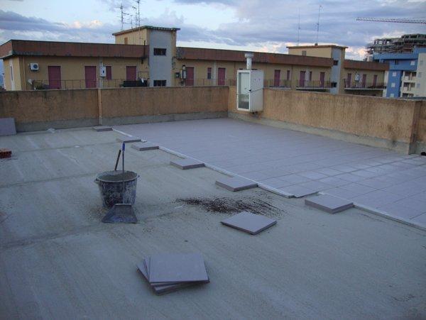 lavorazione di piastrellatura terrazzo