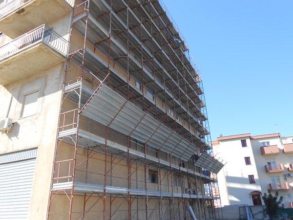 impalcature per ristrutturazione facciata edificio