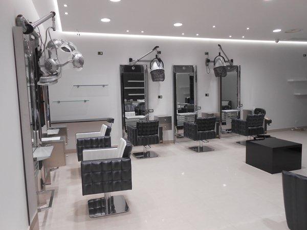 salone per parrucchiere con interni in bianco e nero