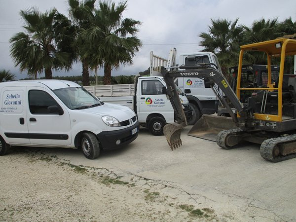 camion bianchi parcheggiati