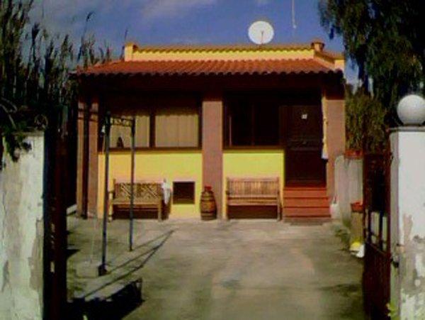 Esterno di una villetta  con facciata di colore giallo
