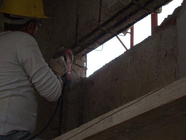 operaio lavora in un cantiere