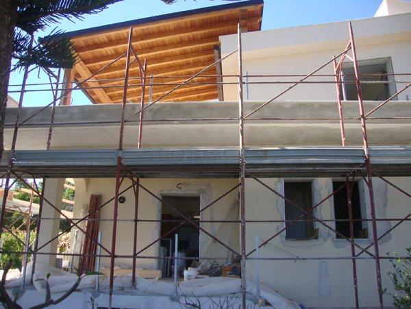 tettoia in legno vista dalla strada in una casa in manutenzione