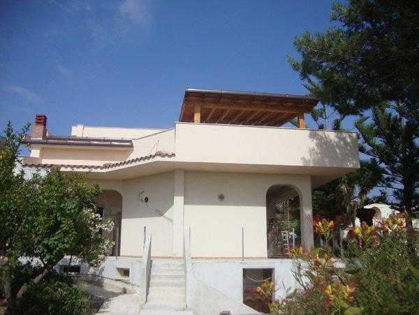 casa bianca con tettoia