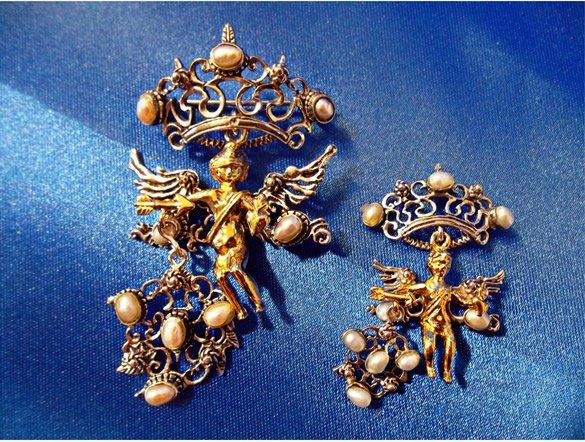 Due gioielli dorati particolareggiati