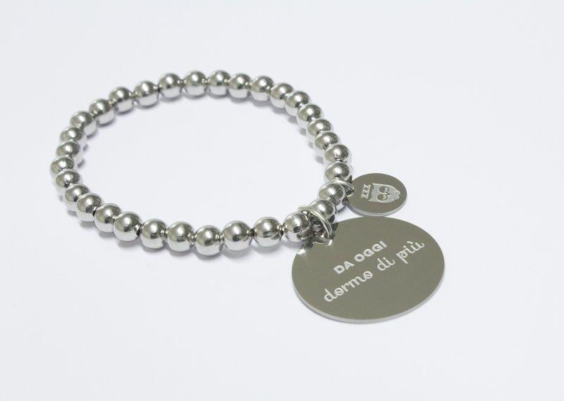 Braccialetto di metallo grigio con placchetta rotonda