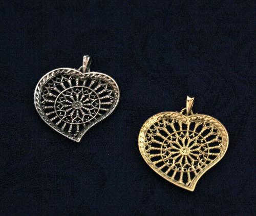 Due presentose abruzzesi, una dorata e una argentata, a forma di cuore